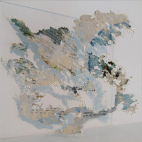 'Bewerkt' papier door slakken op perspex 20x20cm.